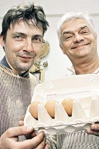 Two Russians cook egg with cell phone radiation