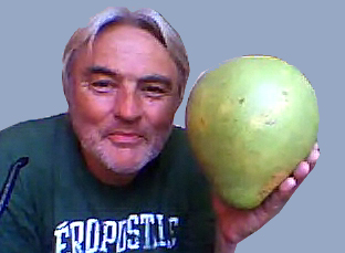 Franz Erdl holding Pomelo ovoce